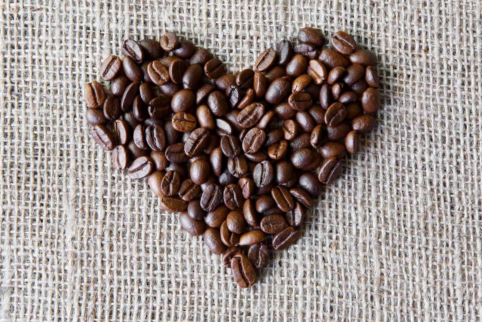 grãos de café em coração