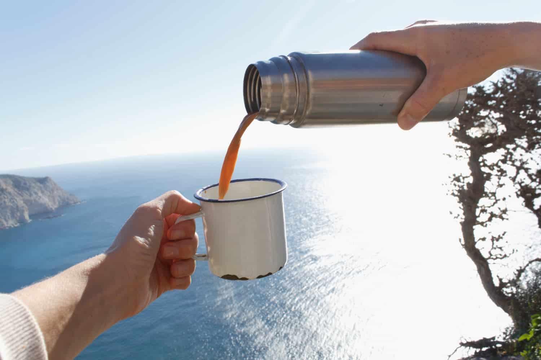 colocando café na xícara