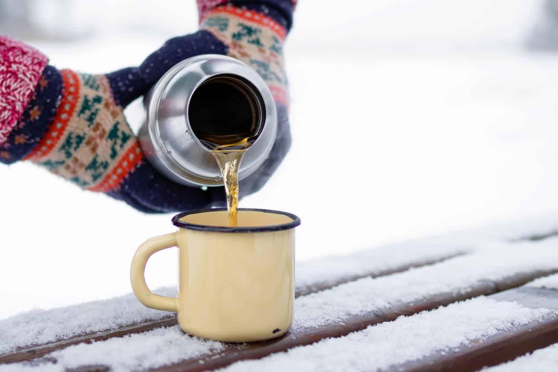 garrafa térmica com chá quente