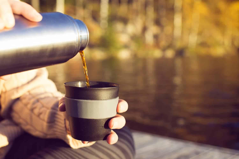 servindo delicioso cafezinho