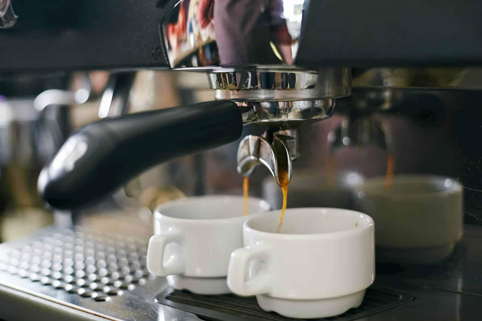 servindo xícara de café