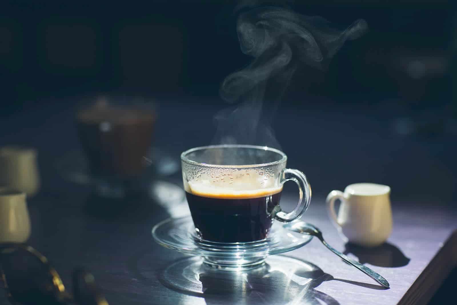xícara de café sob a mesa