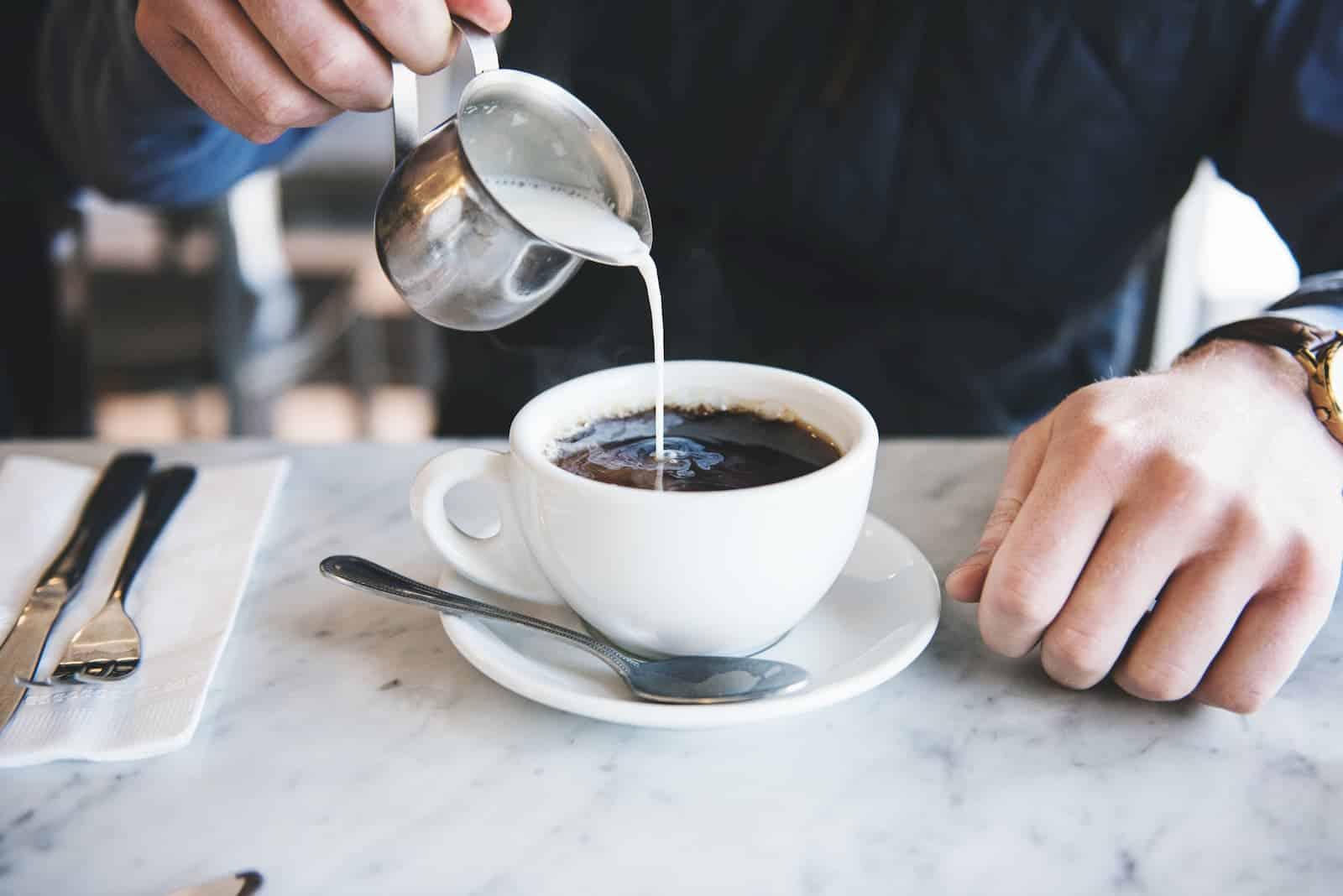 adicionando mistura na xícara