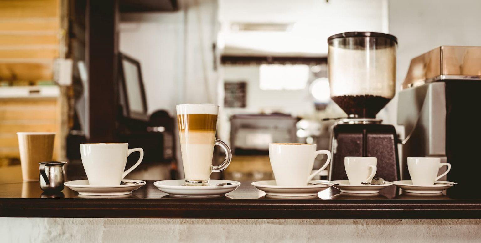 cafeteria preparando delicioso café