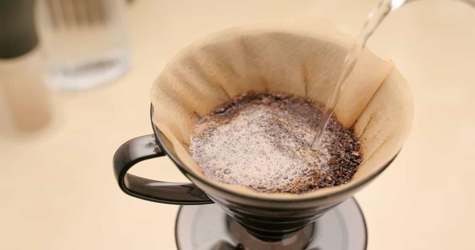 passando café no coador
