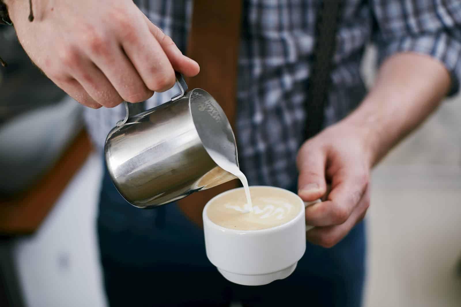 preparando um delicioso café com leite