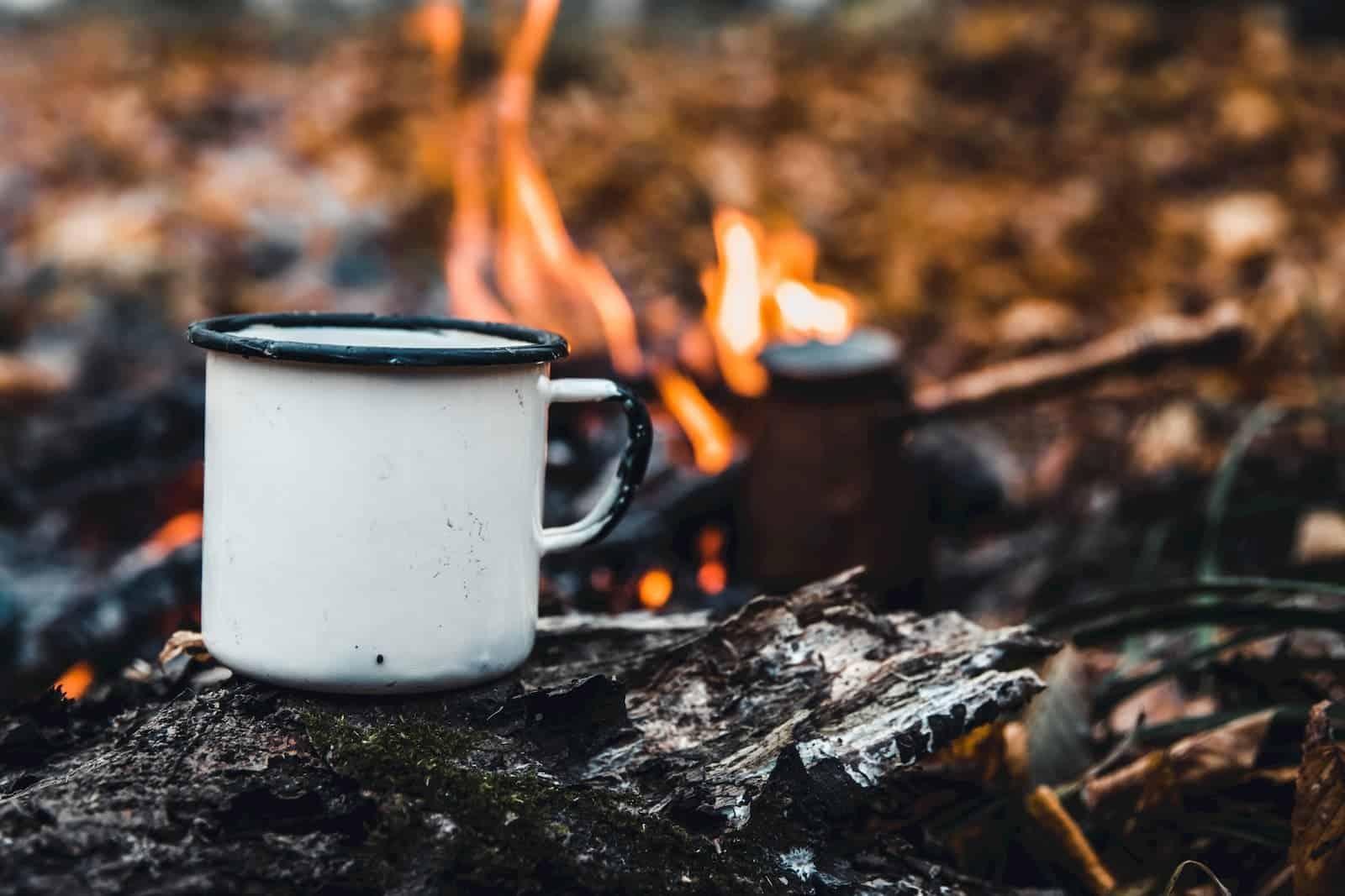 preparando café na fogueira