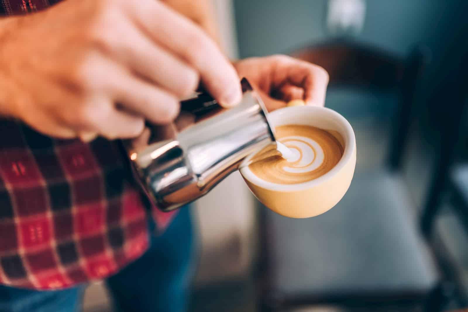 servindo o café junto do leite