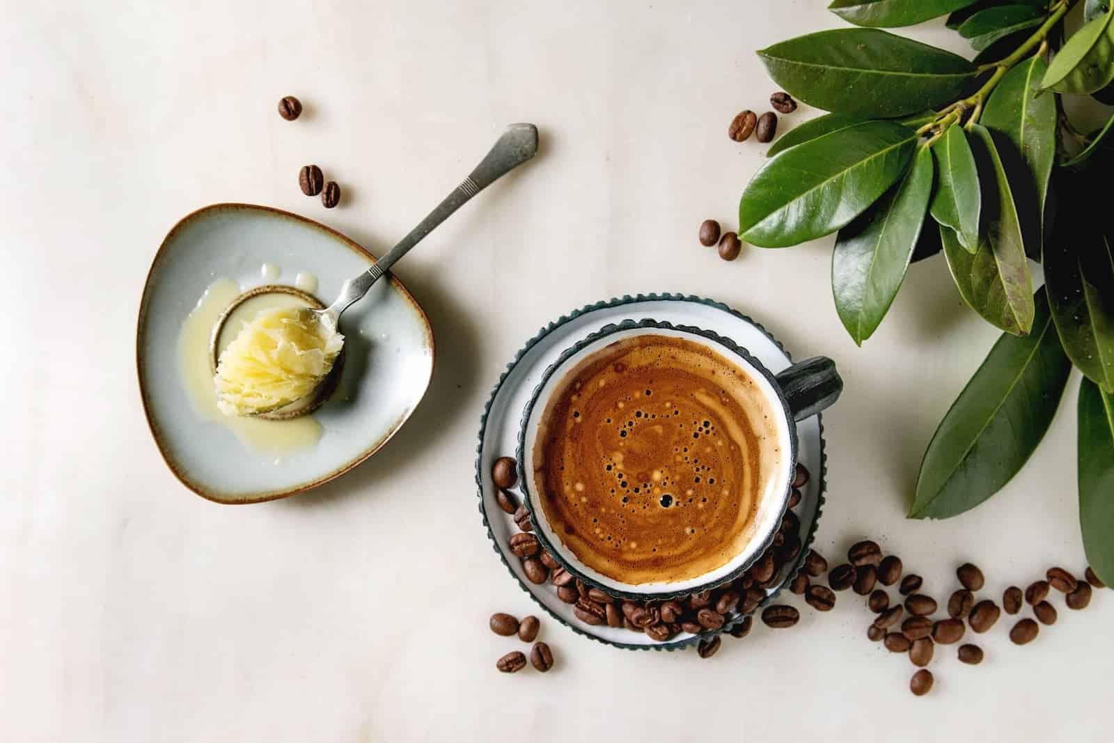 xícara de café com manteiga ghee
