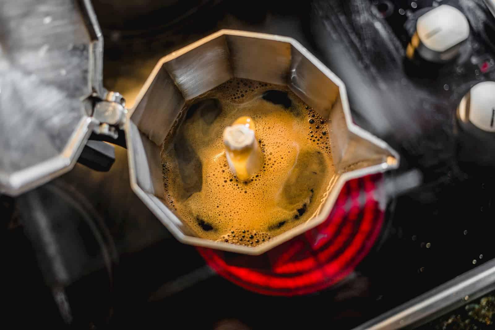 preparando café na cafeteira no fogão