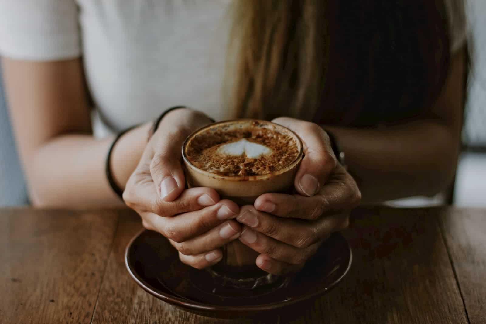 xícara com bebida cafeína