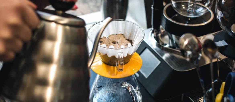 café coado com coador de pano