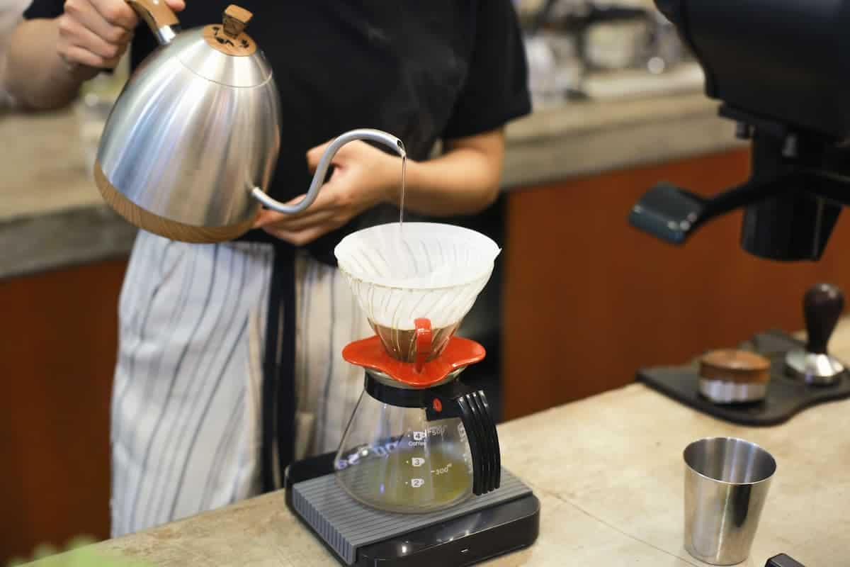 colocando água para preparar café